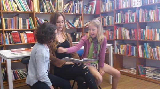 Alaitz con niños biblioteca fira